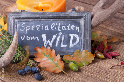 Keuken foto achterwand Boord Spezialitäten vom Wild - Aufsteller und Tischdeko im Herbst