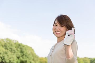 ゴルフボールを持つ女性