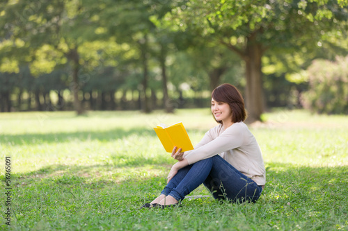 本を読む女性