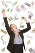 Glückliche Frau fängt fliegendes Geld