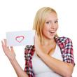 Mädchen zeigt einen Liebesbrief