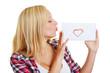 Frau küsst einen Liebesbrief