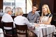 Paar mit Großeltern im Restaurant