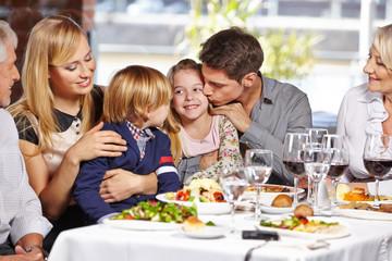 Vater küsst Tochter im Restaurant