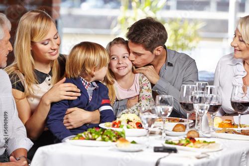 Vater küsst Tochter im Restaurant - 56969699