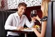 Paar trinkt Wein beim Rendevous