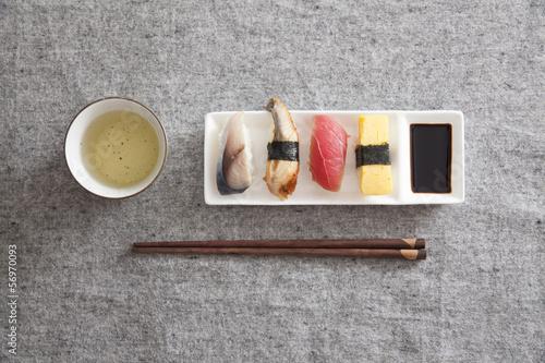 japonskie-sushi-jajko-tunczyk-wegorz-miecznik-zielona-herbata