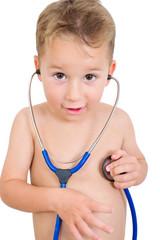 Kleiner Junge hört serin Herz