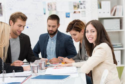 junge frau mit ihren kollegen in einer besprechung