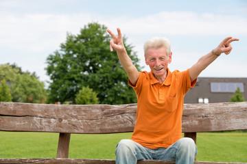 Rentner auf einer Holzbank