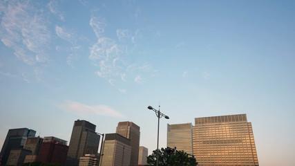 丸ノ内高層ビル街の夕景  快晴の空と流れる雲 インターバル撮影