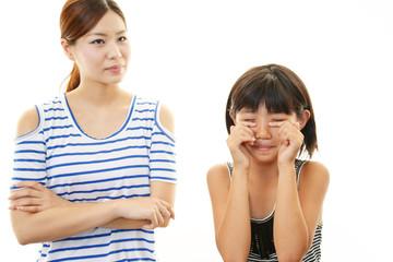 泣いている女の子と母親