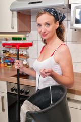Frau beim putzen
