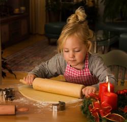 Kind backt Kekse zu Weihnachten
