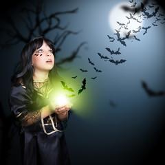 junge Hexe mit Fledermäusen