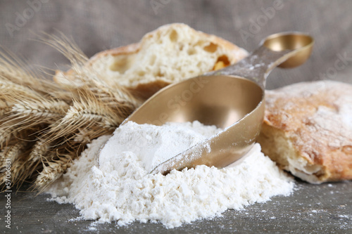 The wholemeal flour in scoop