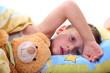 Kind ist Krank und kuschelt mit Teddy