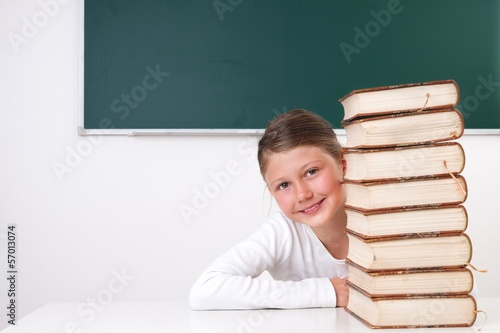 Schülerin mit Bücherstapel