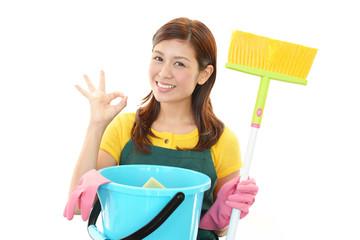お掃除をする笑顔の主婦