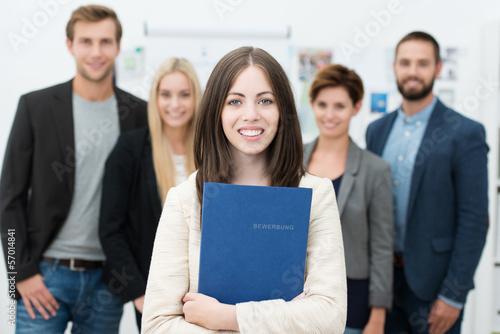 motivierte junge frau mit bewerbungsmappe
