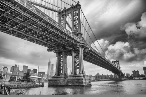 Zdjęcia na płótnie, fototapety na wymiar, obrazy na ścianę : The Manhattan Bridge, New York City. Awesome wideangle upward vi