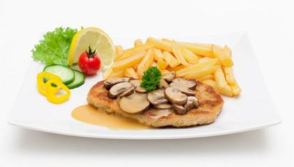 Schnitzel mit frischen Champignons und Pommes