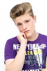 junger Mann ist sehr traurig