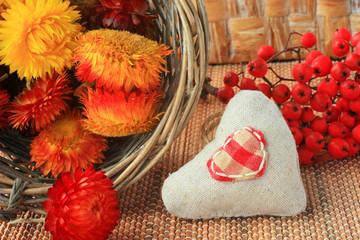 Сердце из ткани, ягоды рябины и засушенные цветы