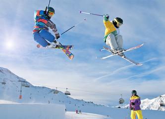 Zwei Skikids im Funpark