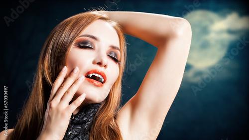 weiblicher Vampir im Mondlicht