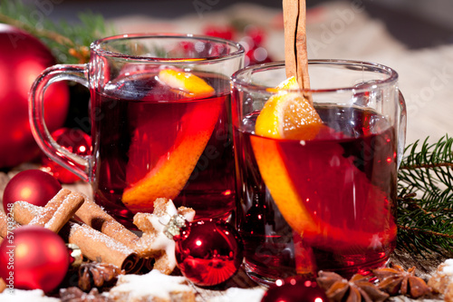 Leinwandbild Motiv heisser aromatischer glühwein punsch mit orangen und zimt