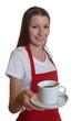 Junge Kellnerin serviert frischen Kaffee