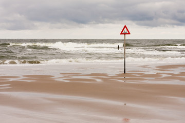 Warnschild an der Nordsee, danger label at the North Sea