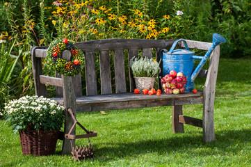 Gartenbank mit Herbstdekoration