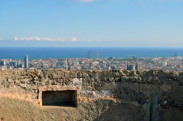 Restos de un bunker de la guerra civil con Barcelona al fondo
