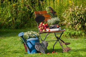 Gartenstuhl mit Herbstdekoration