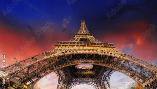 la-tour-eiffel-widok-wideangle-street-w-paryzu