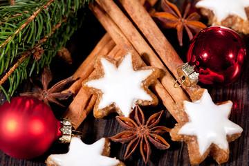 weihnachtsgebäck zimtsterne und zimtstangen dekoration