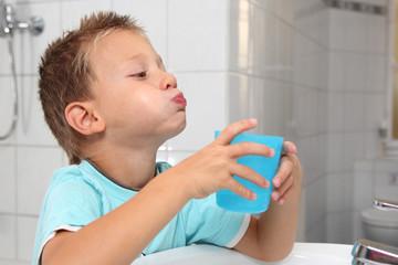 Kind spült sein Mund aus