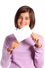 adoloscente mostra card a quadretti