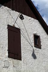 Flaschenzug an einem Haus in Blomberg