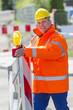 Arbeiter überprüft die Baustellenabsperrung
