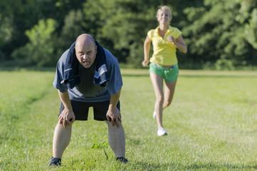 Personaltrainer mit übergewichtigem Kunden