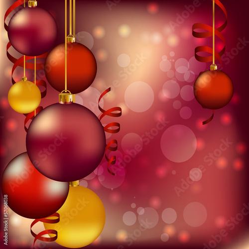 красные новогодние елочные шары на цветном фоне