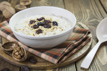 Porridge with raisins and walnuts