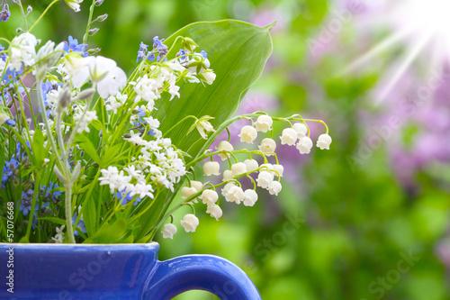 Plexiglas Lilac Maiglöckchen und Gedenkemein im Sonnenschein