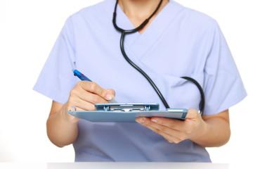 カルテを記入する女性医師