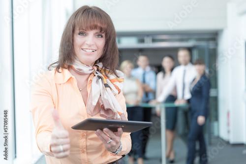 Geschäftsfrau mit Pad