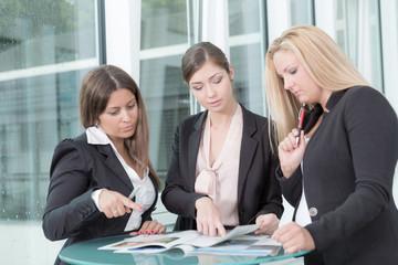 Team aus Frauen berät sich