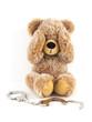Teddybär hält sich die Augen zu